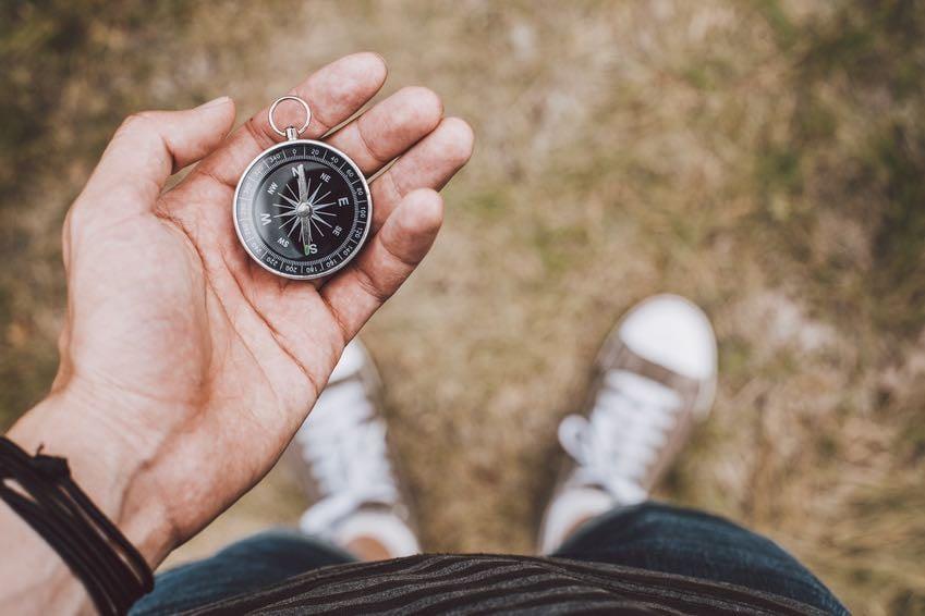 hand-hält-kompass-reise