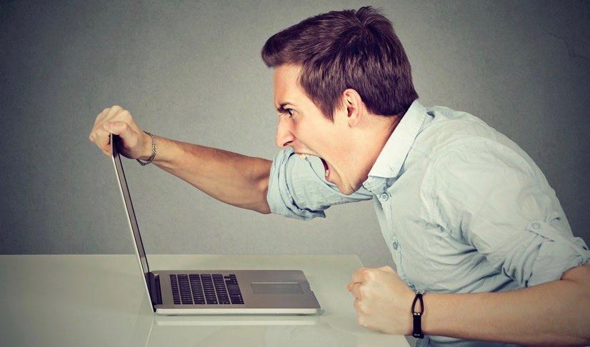 Mann-schreit-seinen-Laptop-an.jpg