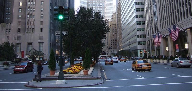 Met-Life_(Pan-Am)_Building_from_Park_Avenue_and_51st_Street-traffic-lights