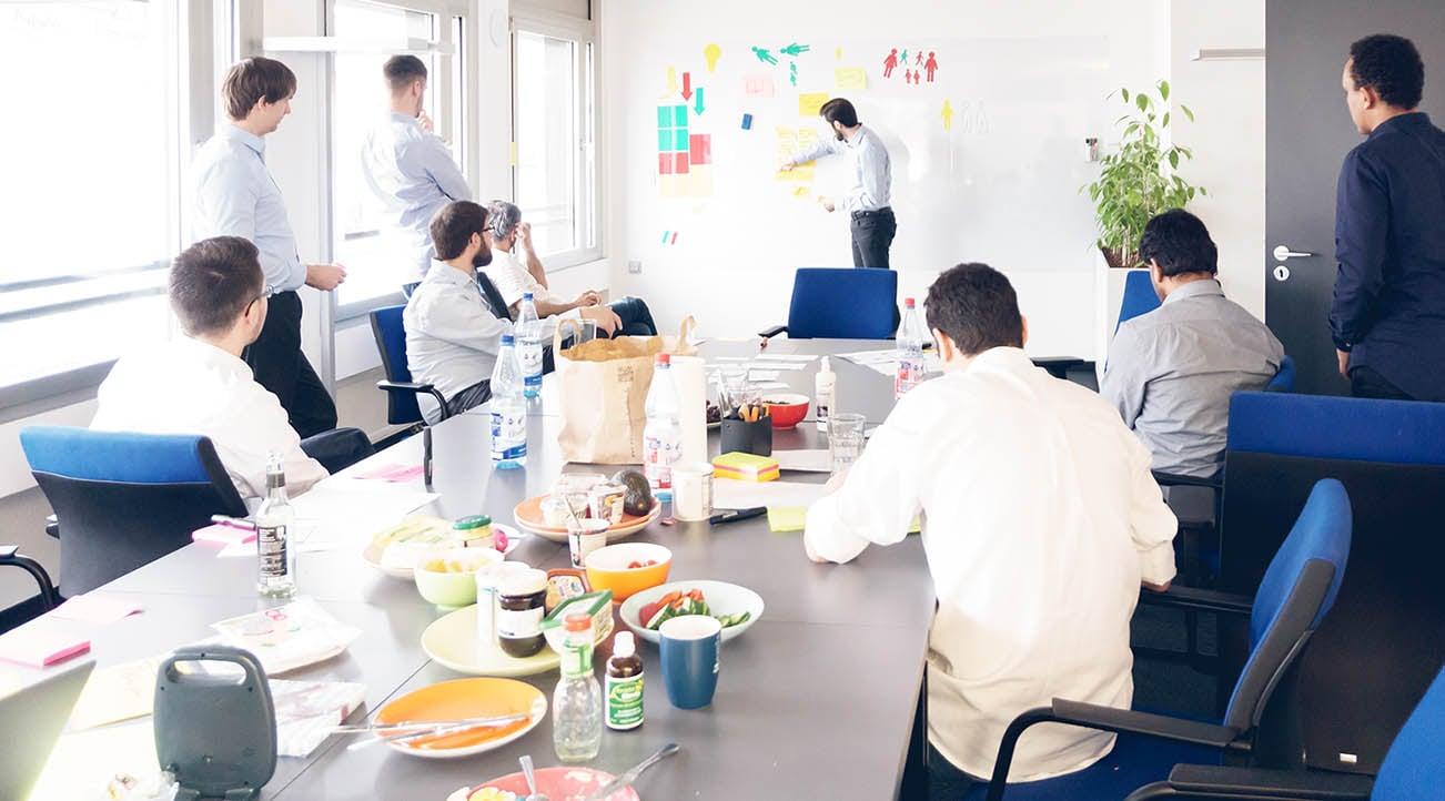 Vortragsfrühstück am itemis-Standort Frankfurt – Softwareentwickler Tommaso Castrovillari hat das Wort